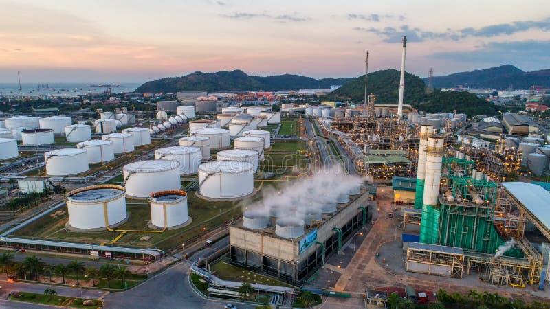 Przemysłowy widok przy rafinerii ropy naftowej rośliny formy przemysłu strefą z su fotografia stock