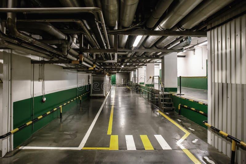 Przemysłowy wnętrze nowożytna roślina z rurociąg i korytarzem zdjęcie royalty free