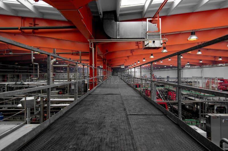 Przemysłowy wnętrze z metalu korytarzem zdjęcie stock