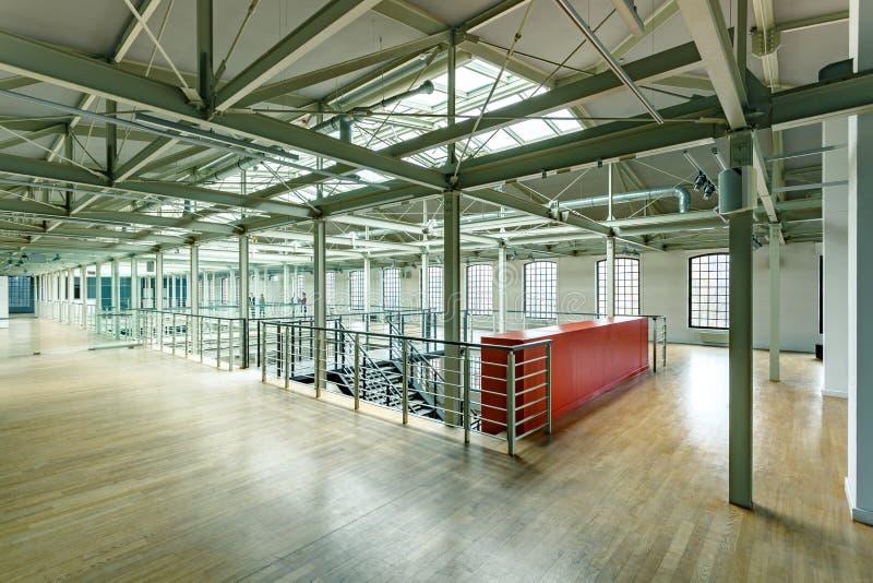 Przemysłowy wnętrze z stalową budową fotografia royalty free