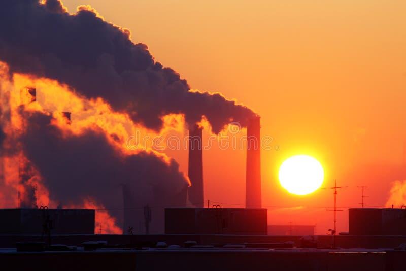 Przemysłowy zanieczyszczenie przy zmierzchem fotografia stock
