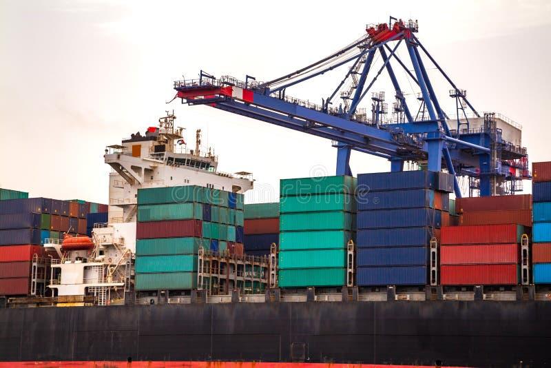 Przemysłowy zbiornika ładunku zafrachtowań statek z pracującym żurawia mostem w stoczni zdjęcia stock