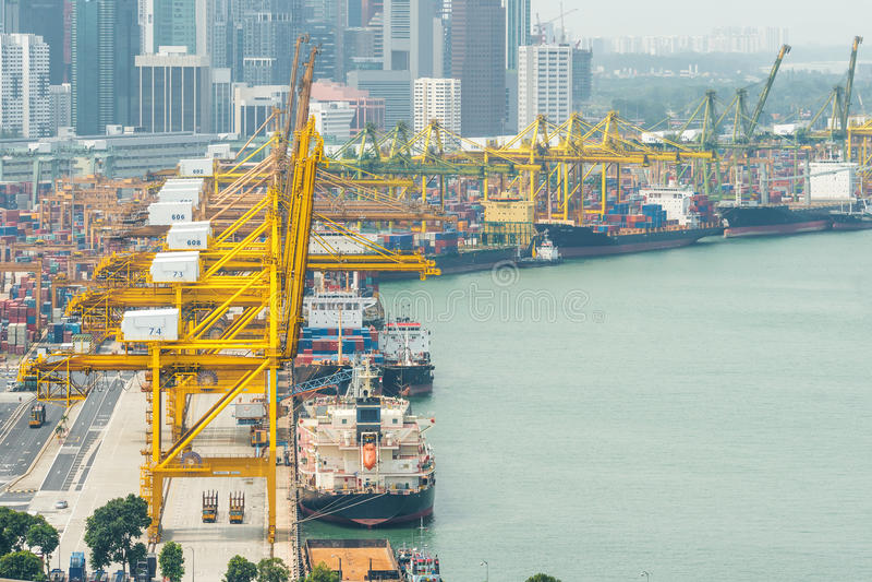 Przemysłowy zbiornika ładunku zafrachtowań statek z pracującym żurawiem fotografia royalty free