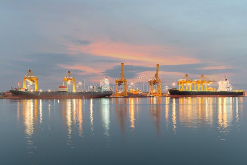 Przemysłowy zbiornika ładunku zafrachtowań statek z pracującym dźwigowym bridg obraz royalty free