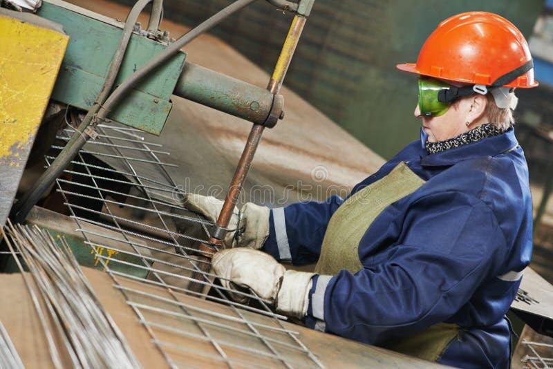 Przemysłu pracownik przy punkt spawalniczą maszyną zdjęcie royalty free