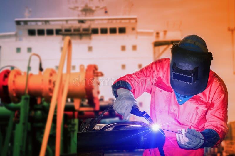 Przemysłu pracownik spawa Tig w fabryce stocznia obrazy royalty free