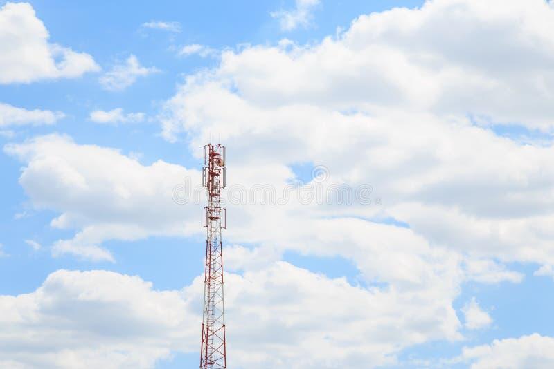 przemys?owe t?o Antena komórkowy telefon komórkowy, tv, internet i radiowy wierza przeciw niebieskiemu niebu z kopii przestrzenią zdjęcie stock