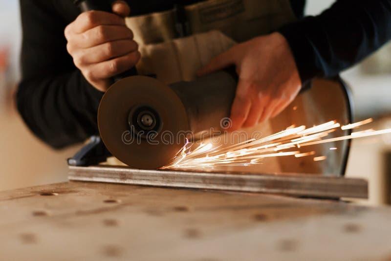 Przemys?owego pracownika tn?cy metal z wiele ostrymi iskrami Wybór ostrość tnąca maszyna Copyspace fotografia stock