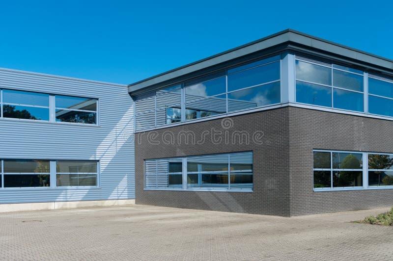 Download Przemysłowy budynek zdjęcie stock. Obraz złożonej z powierzchowność - 28971740