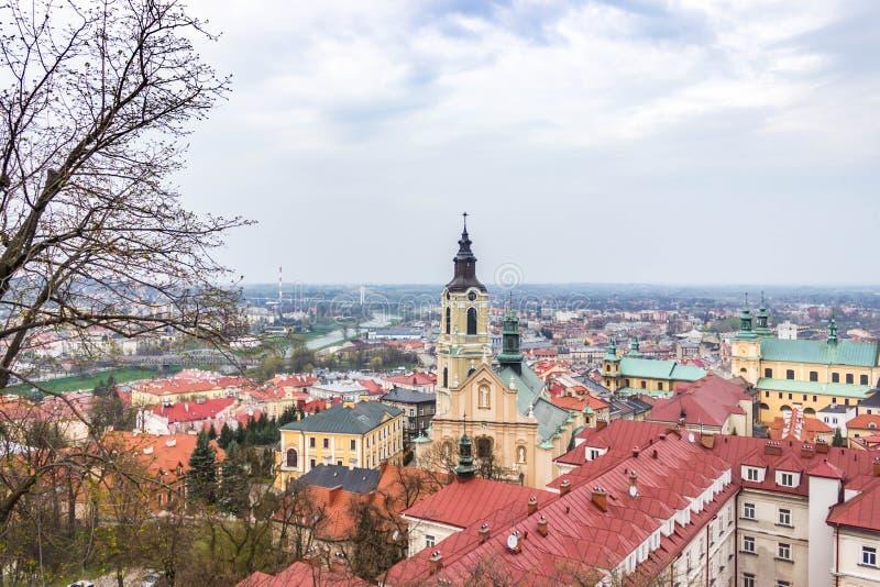 Przemysl, Polen, - 13. April 2019 Ansicht der Stadt vom Schloss Ansicht der Dächer der Stadt von Przemysl stockfoto