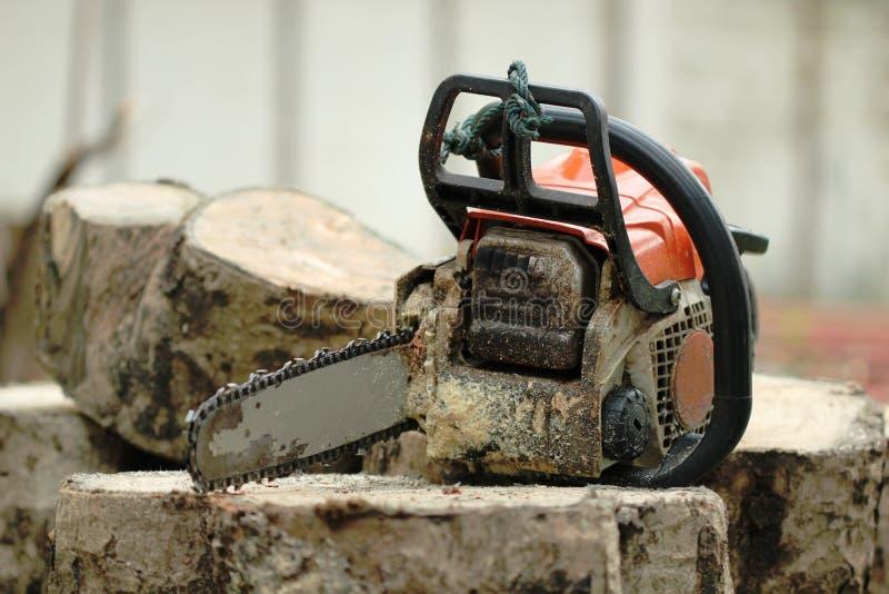 Przenośna piły łańcuchowej maszyna z trociny linią na drewnianym fiszorka sztandarze na plamy tle Trwały drewniany tnący wyposaże obrazy stock