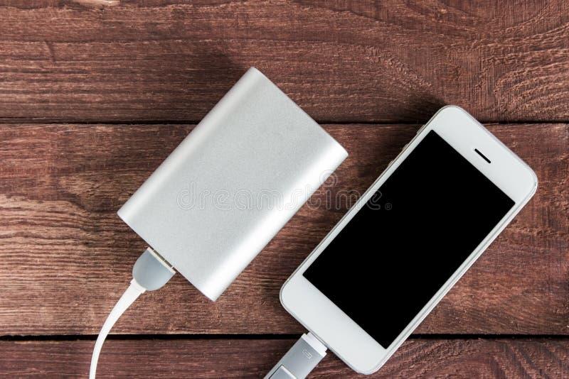 Przenośne urządzenie Zewnętrznie Bateryjny Powerbank Z Smartphone na zalecającym się fotografia royalty free