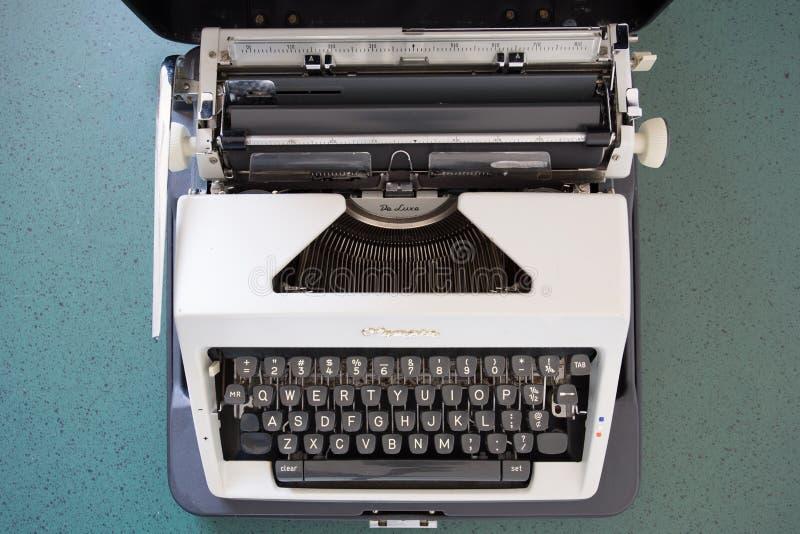 Przenośny maszyna do pisania około 1970, zdjęcie royalty free