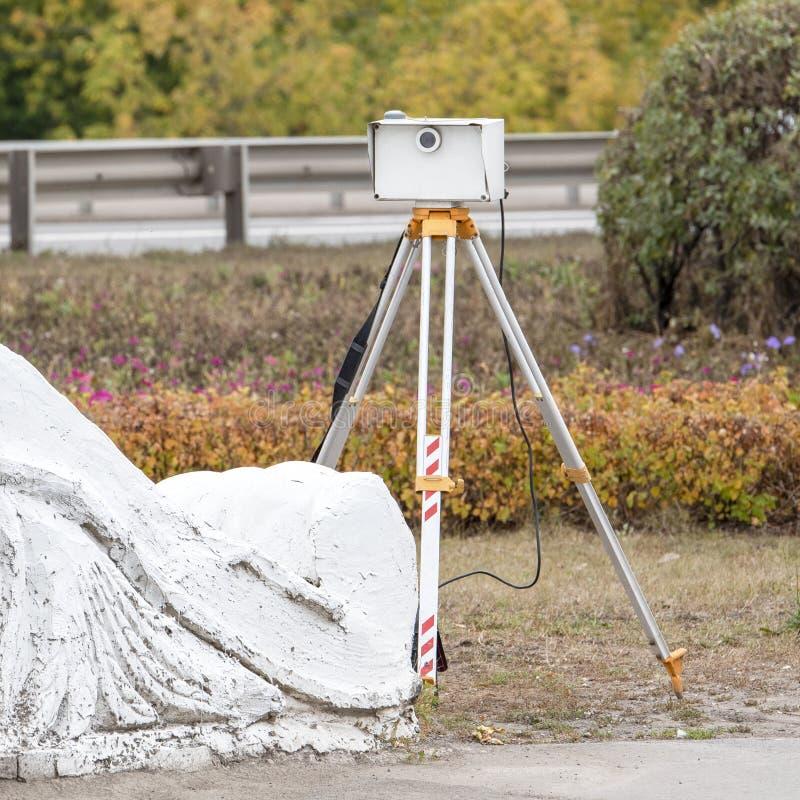 Przenośny radar na trzy nogach dla mierzyć prędkość samochody obrazy royalty free