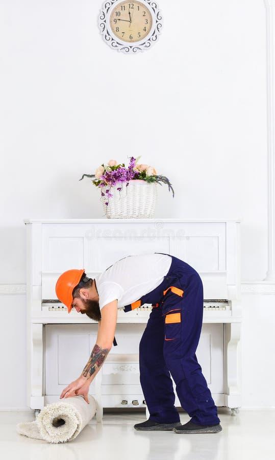 Przenosić pojęcie Ładowaczów wrappes dywanowi w rolkę Kurier dostarcza meble w przypadku rusza się out, przeniesienie człowieku obraz stock