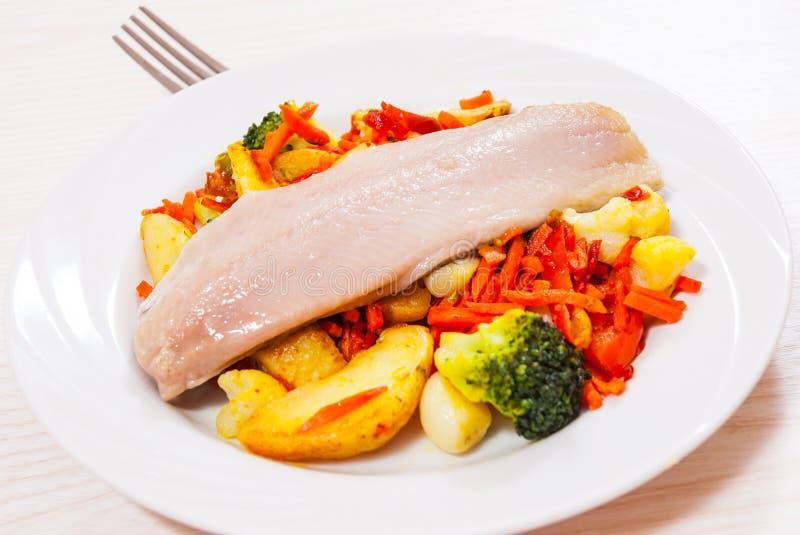 Download Przepasuje Ryba Z Warzywami Obraz Stock - Obraz złożonej z świeżość, kuchnia: 57652333