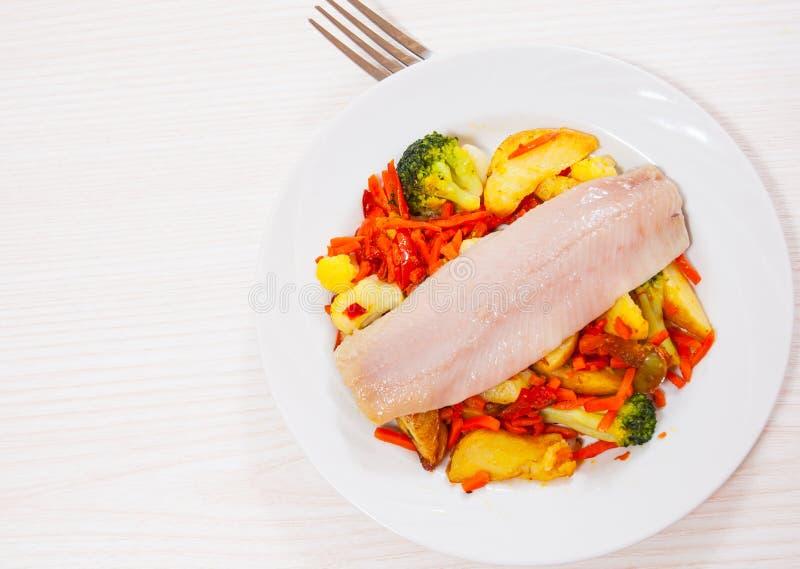 Download Przepasuje Ryba Z Warzywami Zdjęcie Stock - Obraz złożonej z menu, grilled: 57652356