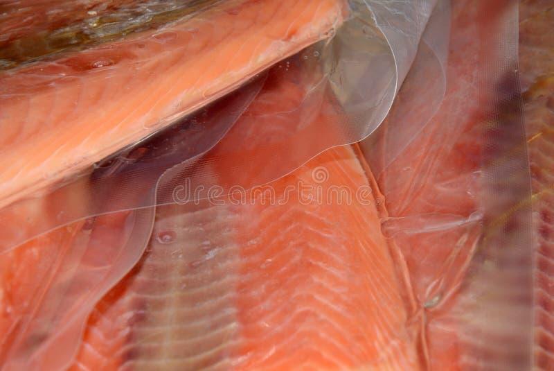 przepasuje zamarzniętego łososia zdjęcie royalty free
