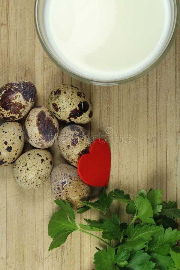 Przepiórek jajka z mlekiem i pietruszką omega 3 i omega 6 - zdjęcie royalty free