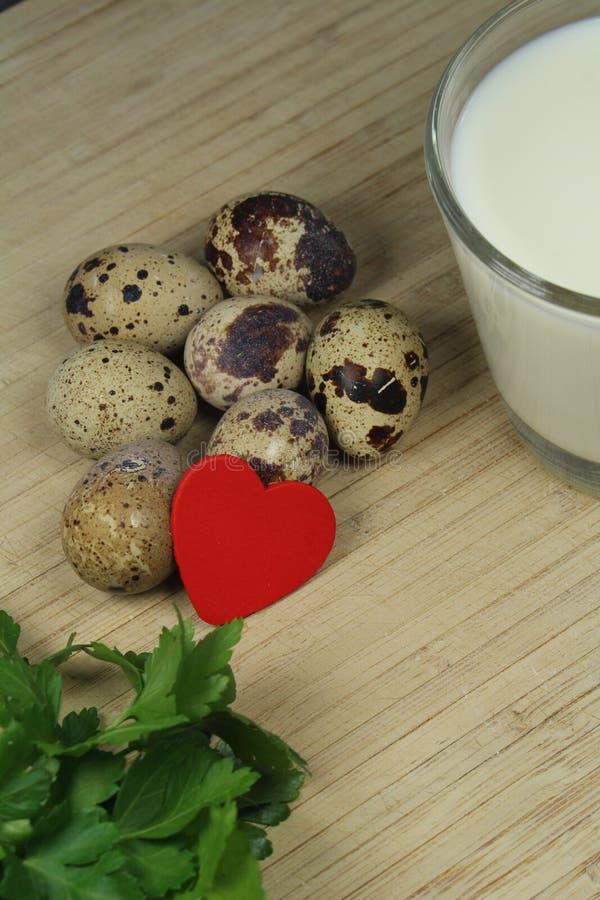 Przepiórek jajka z mlekiem i pietruszką omega 3 i omega 6 - zdjęcie stock