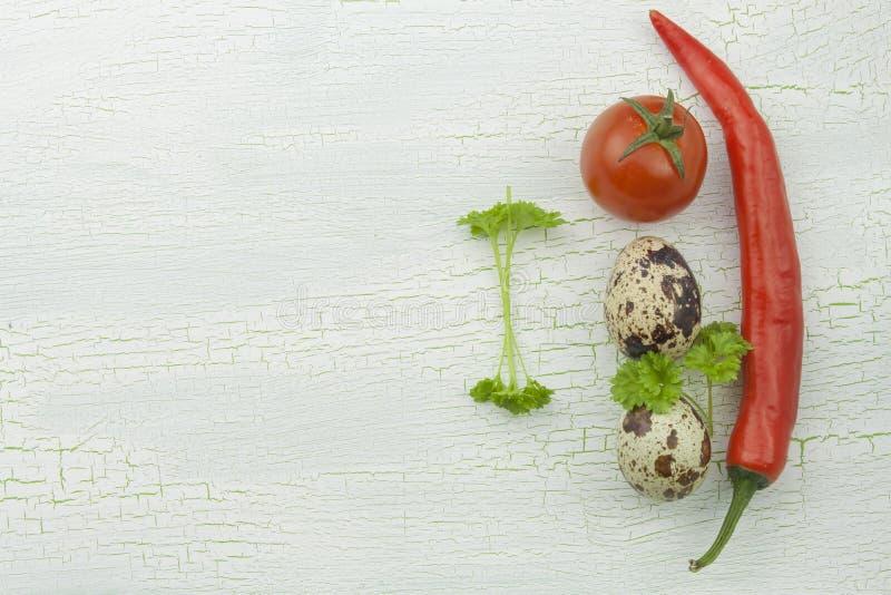 Przepiórek warzywa przy starym krakingowym śledzonym drewnianym półmiskiem i jajka zdjęcie royalty free