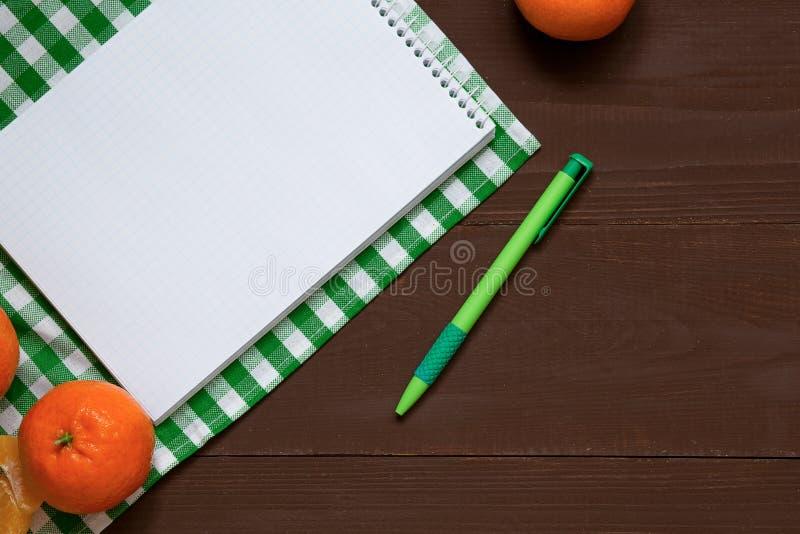 Przepisu notatnik z piórem na brązu drewnianym tle, odgórny widok fotografia royalty free