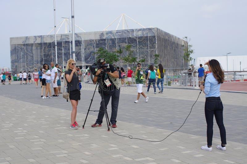 Przeprowadza wywiad przed Olimpijskim Aquatics stadium obraz royalty free