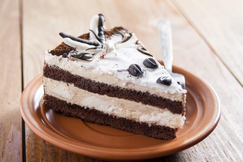 przepyszne ciasto Warstwy delikatny ?mietanki i czekolady g?bki tort Na p??kowym pobliskim rozwidleniu Na ciemnym drewnianym tle  fotografia stock