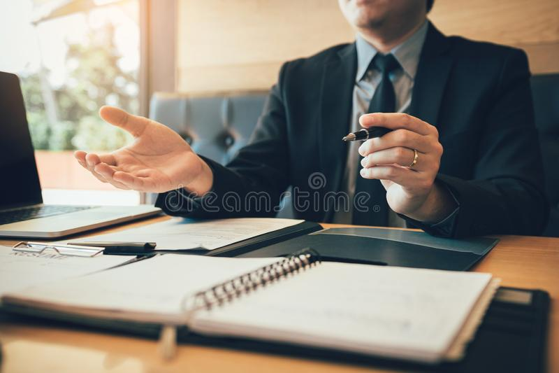 Przepytujący siedzi wyjaśniać o pracie nowy pracownik zdjęcie royalty free