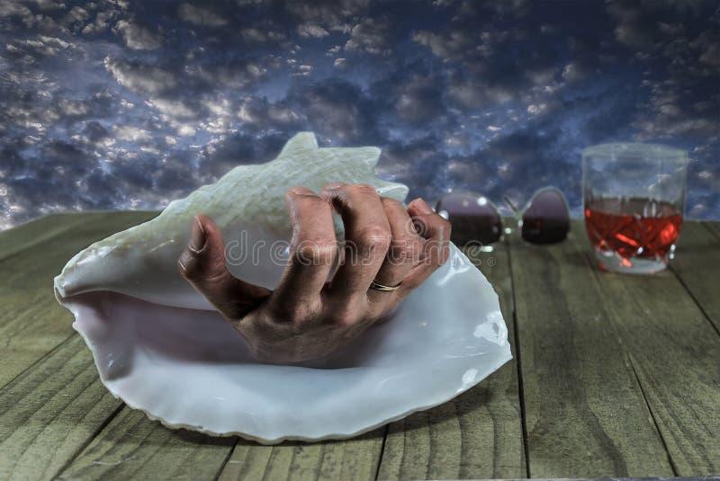 Przerażająca ręka W Seashell zdjęcie stock