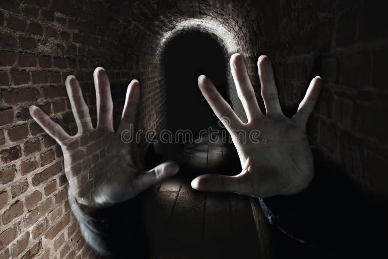 Przerażające duch ręki w ciemnym strasznym metrze fotografia stock