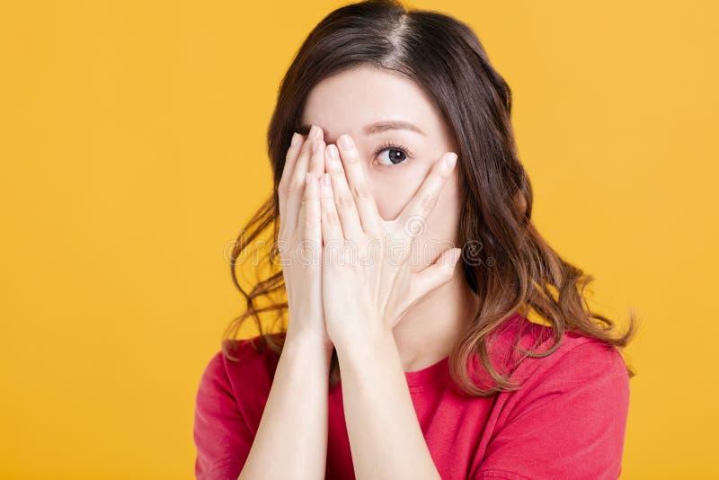 Przerażona młoda azjatycka kobieta z ręczną przykrywką fotografia royalty free