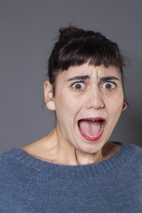 Przerazę młody brunetki dziewczyny krzyczeć głośny zdjęcia stock