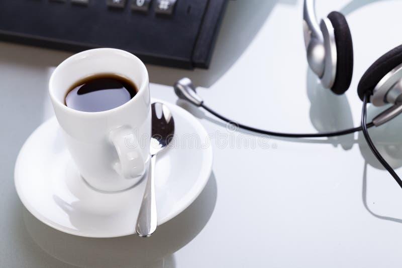 Przerwę w biurowym coffe na biurko biznesu stylu życia obrazy royalty free