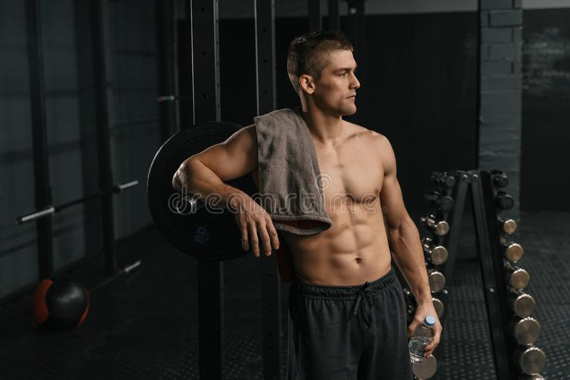 Przerwa po ciężkiego krzyża dysponowanego szkolenia Portret młody sporty mężczyzna fotografia royalty free