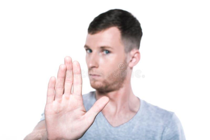 Przerwa zadawala! Młody człowiek gestykuluje palmy w kierunku ciebie fotografia royalty free