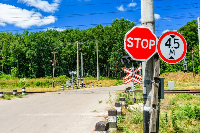 Przerwa znak przed linii kolejowej skrzyżowaniem zdjęcie stock