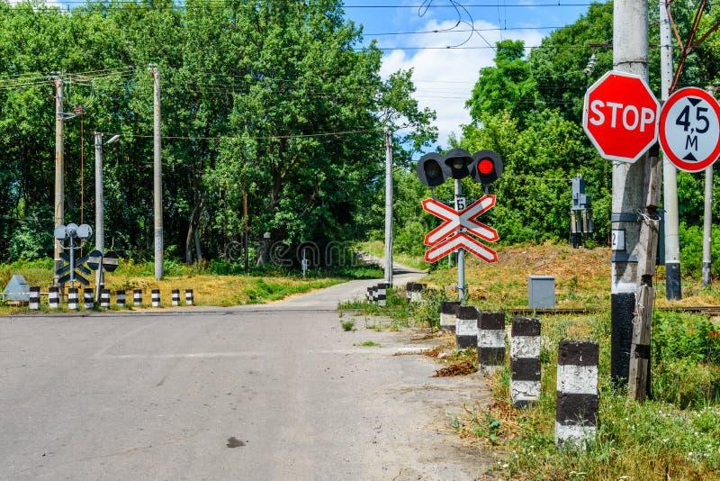 Przerwa znak przed linii kolejowej skrzyżowaniem zdjęcia stock
