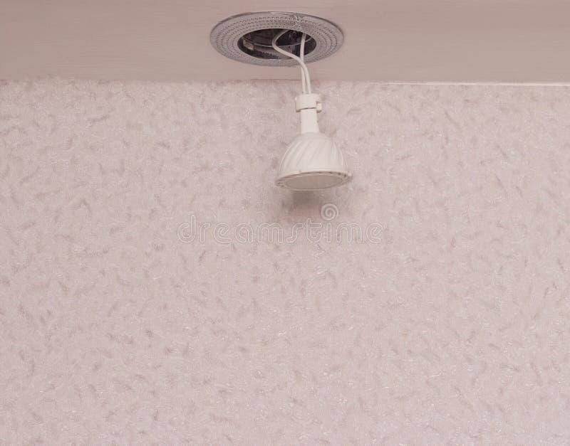 Przerywający downlight z DOWODZONĄ energooszczędną żarówką, w górę, instalacja, kopii przestrzeń, nowożytna obrazy stock