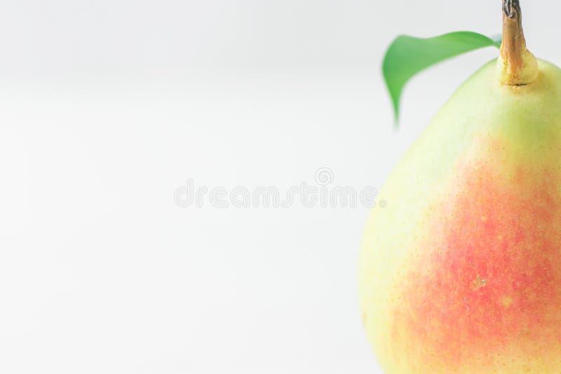 Przerzedże Dojrzałej Organicznie bonkrety w pastel zieleni Żółtych Czerwonych kolorach z trzonu liściem na bielu stole Elegancki  obrazy royalty free