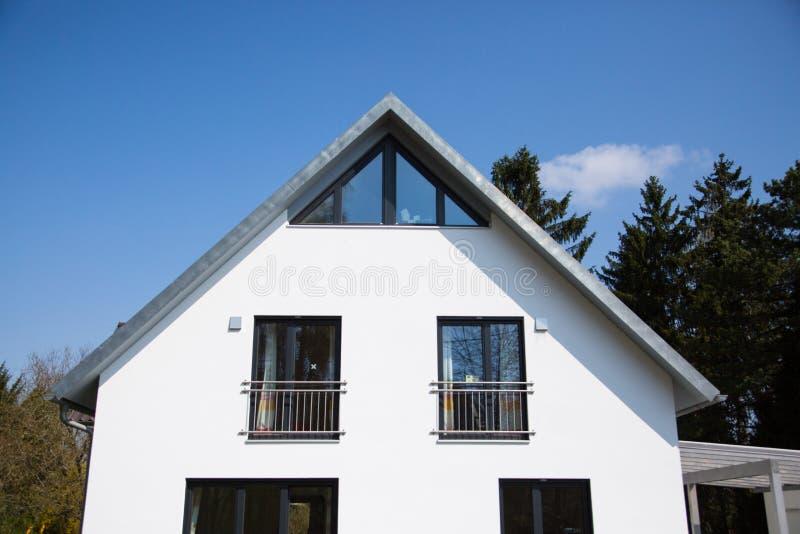 Przerzedże dom w Munich, biała fasada obraz stock