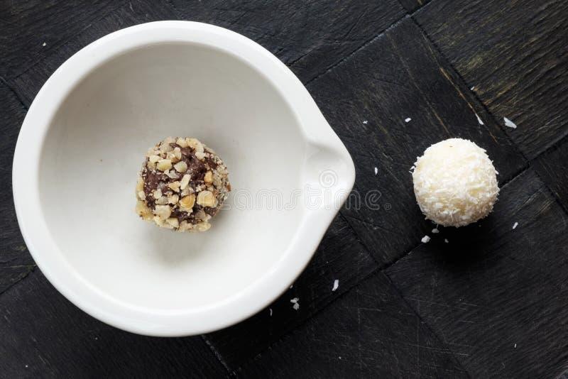 Przerzedże domowej roboty czekoladowego orzecha włoskiego cukierki krajobrazu kokosowego wierzchołek zdjęcia stock