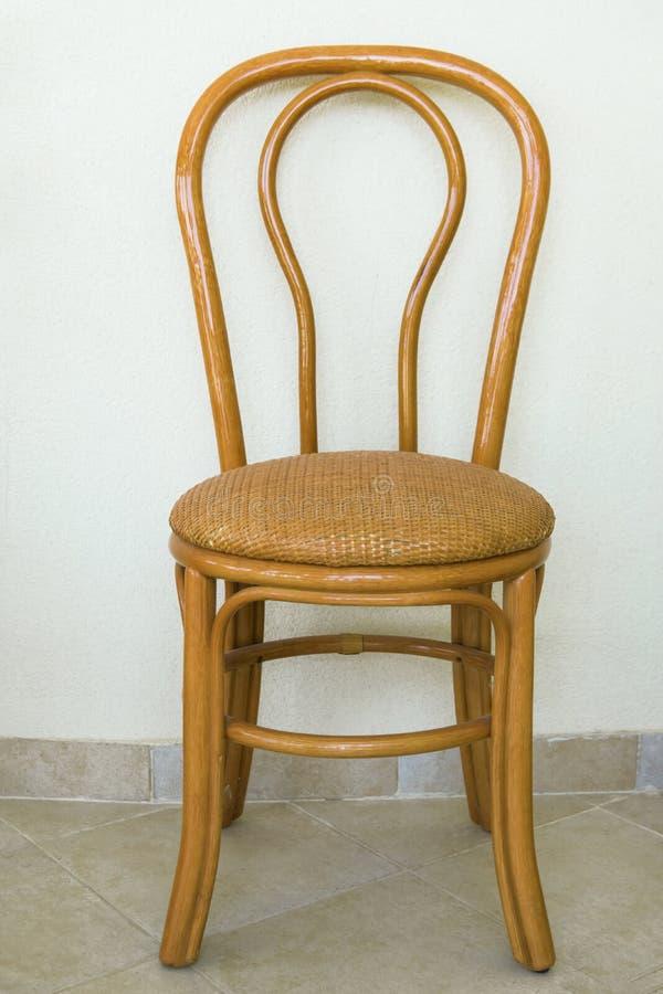 Przerzedże drewnianą rattan krzesła pozycję przeciw biel ścianie willa taras Naturalni materiały grżą kolory Provence Śródziemnom obraz stock
