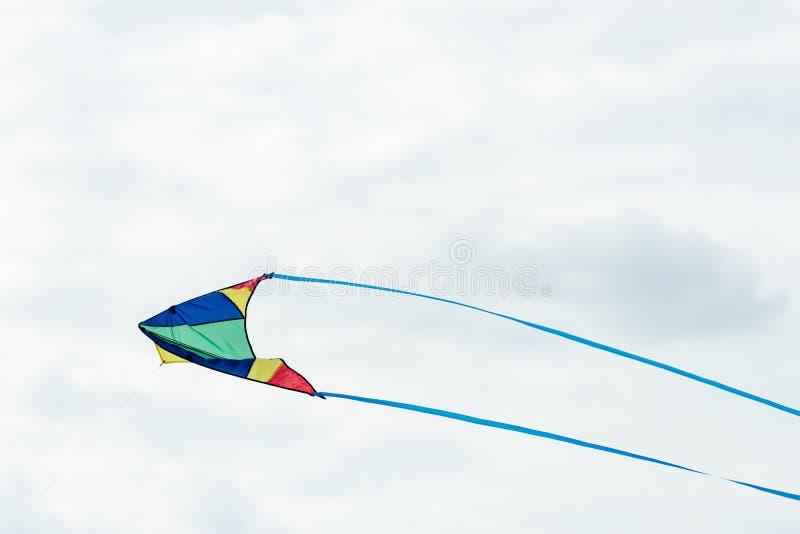 przerzedże kolorowego kani latanie w chmurnym niebie przy dniem fotografia royalty free