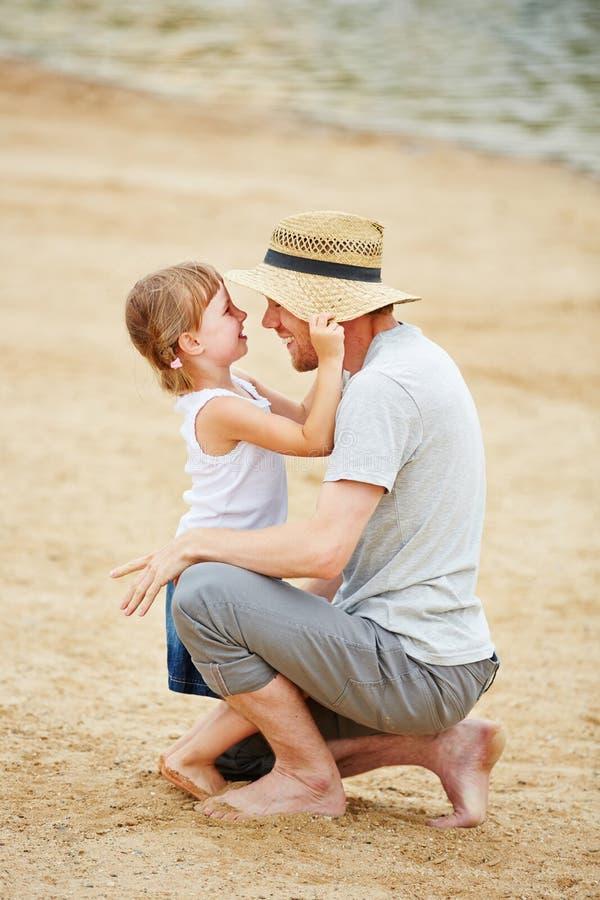 Przerzedże ojca z córką na plaży zdjęcia royalty free