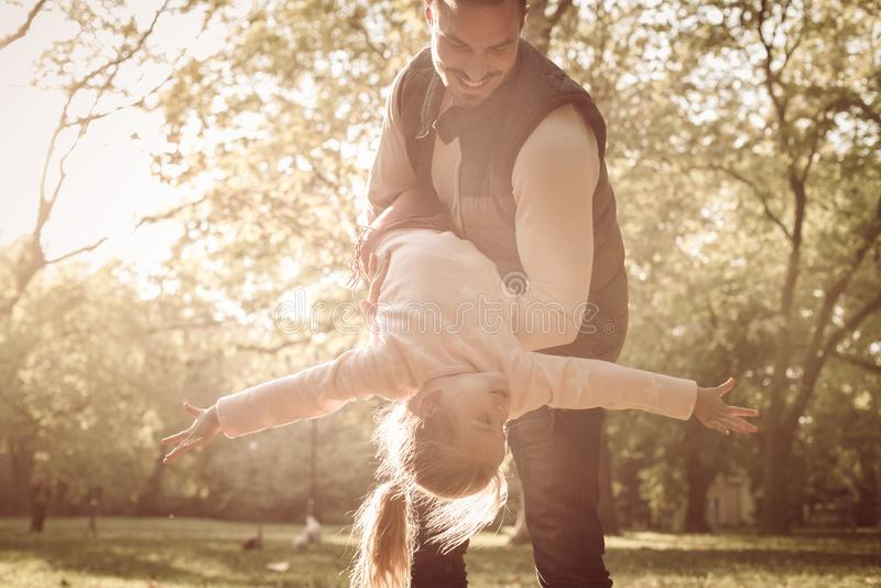 Przerzedże ojca z córką w parku zdjęcie royalty free
