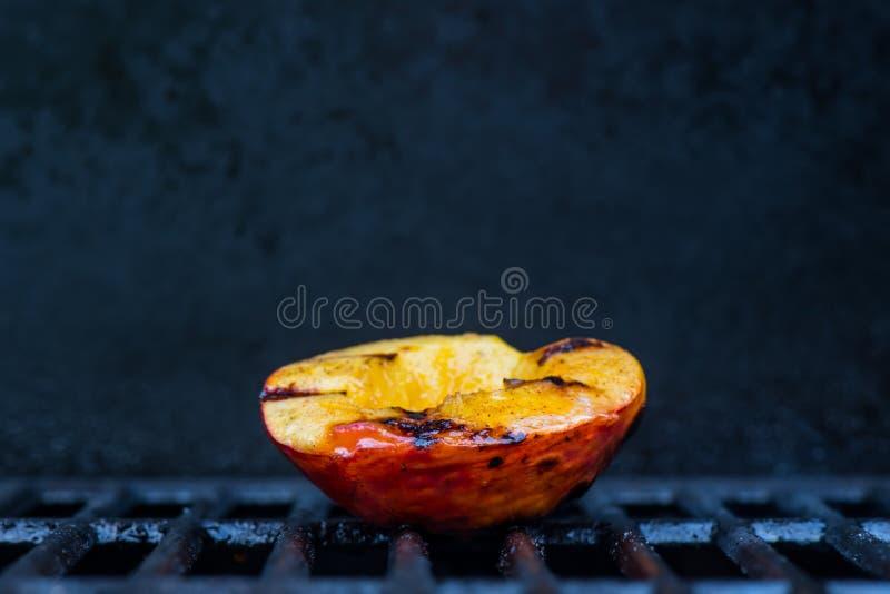 Przerzedże Piec na grillu brzoskwinię Ześrodkowywającą fotografia stock