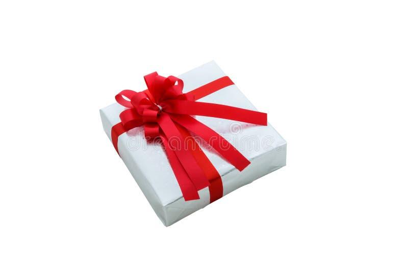 Przerzedże srebnego prezenta pudełko z czerwonym faborkiem odizolowywającym na białym backgro obraz royalty free
