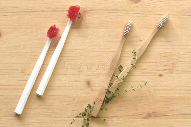 Przerzedże używa plastikowych toothbrushes vs drewniany środowisko życzliwi ones zdjęcie stock