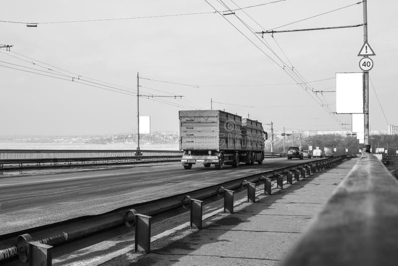 Przerzuca most z przelotnymi samochodami zdjęcie stock